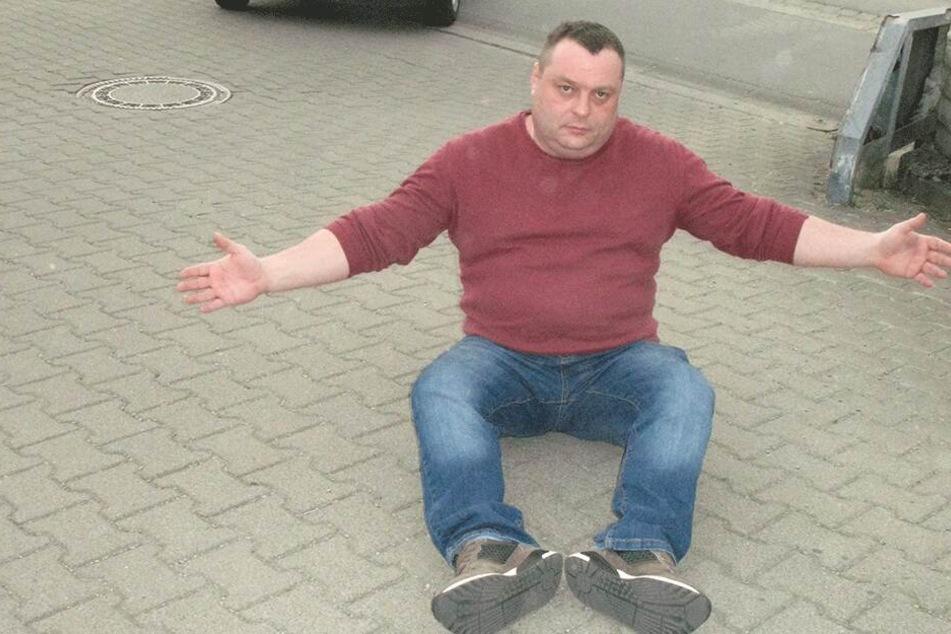 """""""So fuhr mich das blaue Auto um"""": Tankwart Sergej Schumacher zeigt noch einmal, wie er stürzte."""