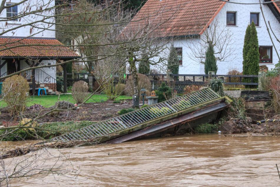 Wassermassen rissen die beliebte Fußgängerbrücke ein.