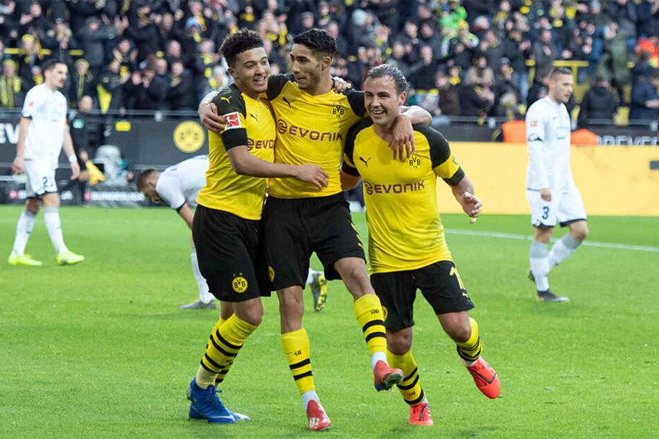 Die BVB-Profis Sancho (li.), Hakimi (mi.) und Götze (re.) jubeln gemeinsam nach einem Treffer für die Schwarz-Gelben.