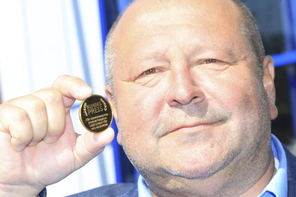 Kleine Plakette, große Ehre: Firmenchef Klaus Büttner (62) freut sich über den Bundespreis.