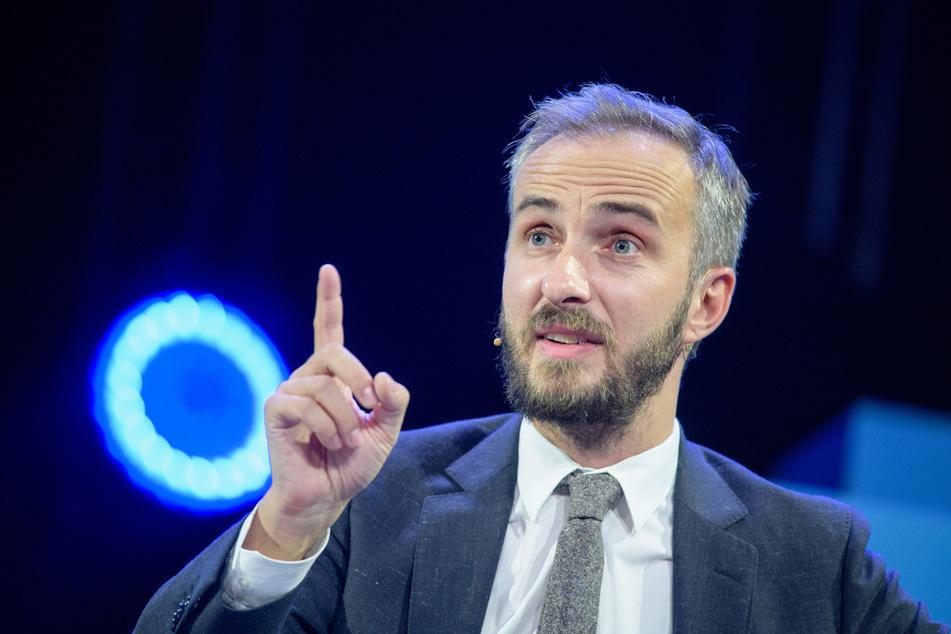 Satiriker Jan Böhmermann (39) reckt den Zeigefinger in die Höhe - mal wieder...