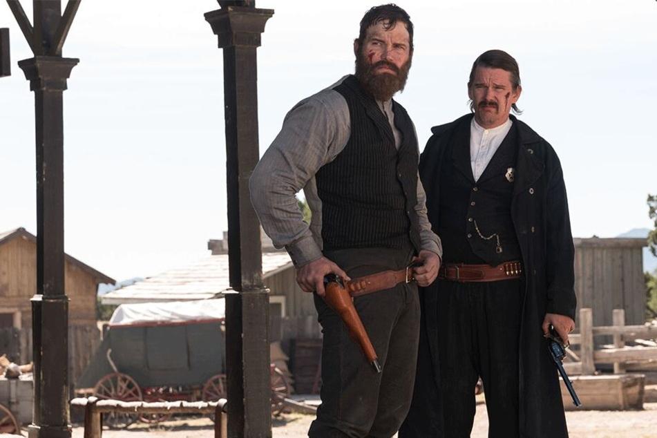 """Chris Pratt (l.) und Ethan Hawke (r.) in einer Szene im neuen Western-Film """"The Kid""""."""