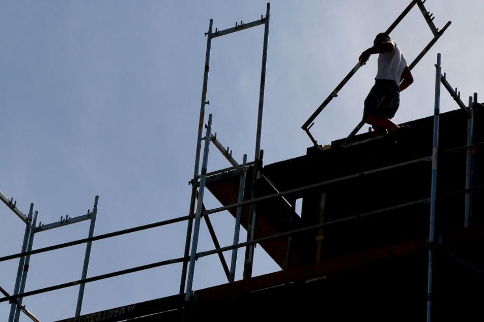 Der Mann war von einem etwa fünf Meter hohen Baugerüst gestürzt. (Symbolbild)