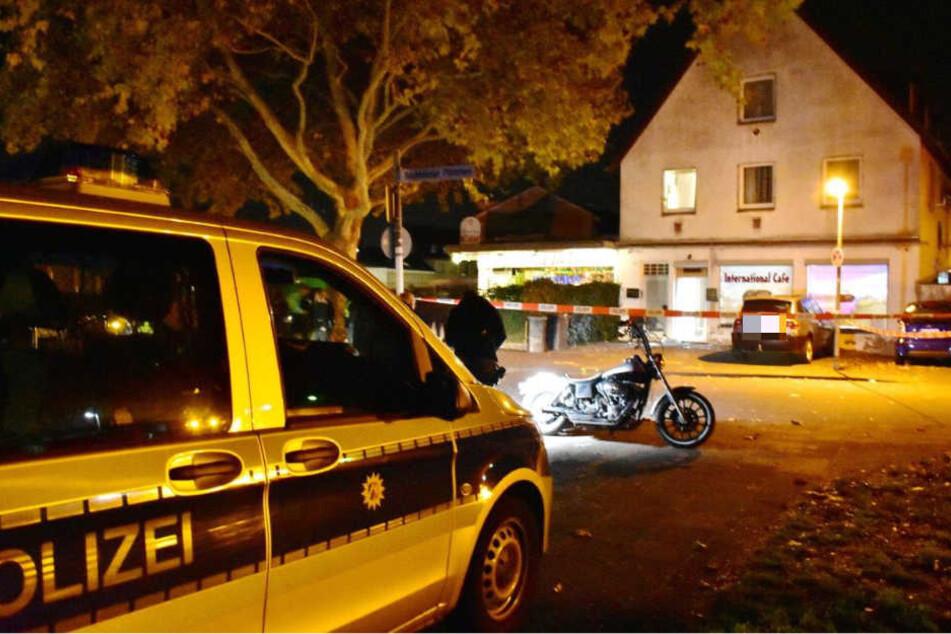 Ein Polizeiauto am Tatort im Steinrutschweg.