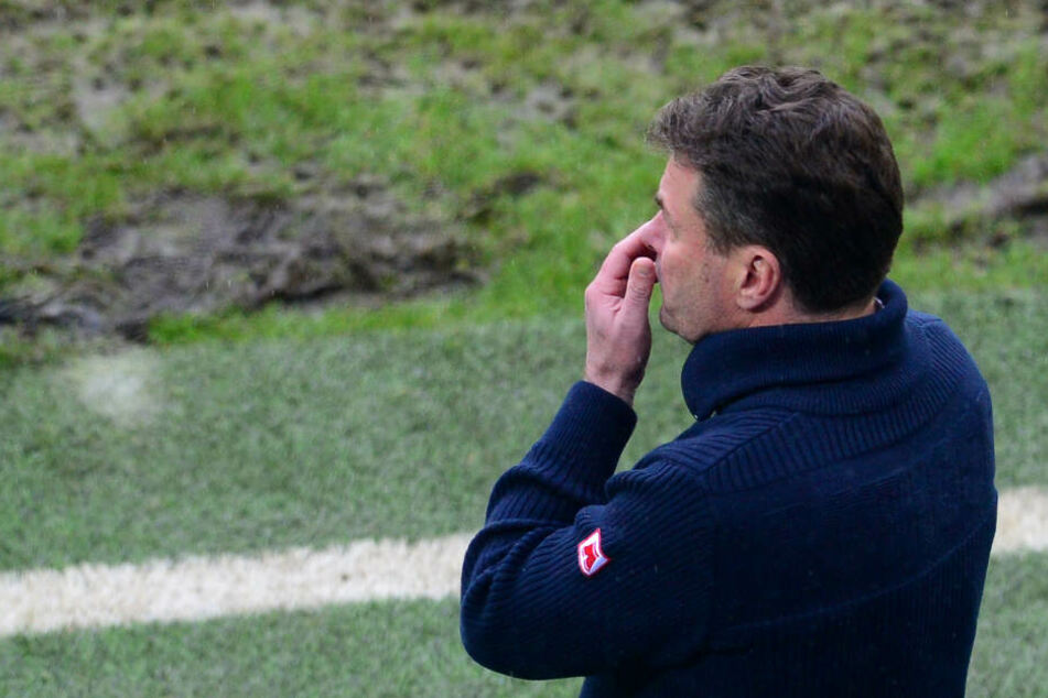 HSV-Trainer Dieter Hecking fasste sich nach der Niederlage an die eigene Nase.