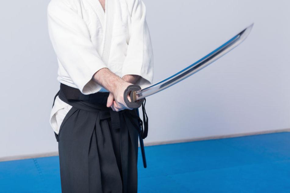 Haftstrafe: Ein 26-Jähriger hatte einen Ex-Polizisten mit einem Samurai-Schwert schwer verletzt (Symbolbild).