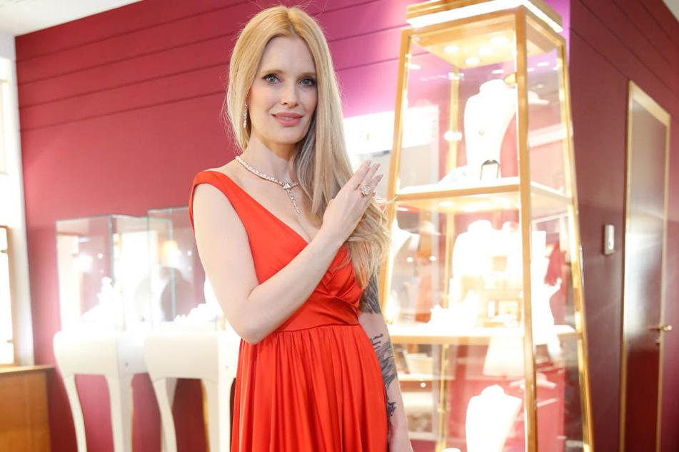 In diesem roten Kleid und mit Bulgari-Schmuck moderiert Mirja du Mont die Hope-Gala. Danach  muss sie den Schmuck wieder abgeben.