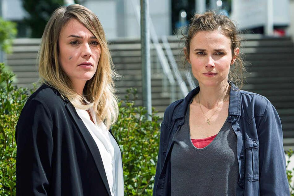 """Die Kommissarinnen Henni Sieland (Alwara Höfels, l) und Karin Gorniak (Karin Hanczewski) in einer Szene des """"Tatort: Deja-vu""""."""