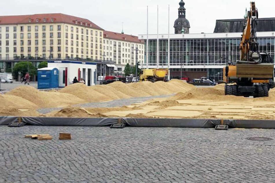 Auf dem Altmarkt wird seit Dienstag jede Menge Sand aufgeschüttet.