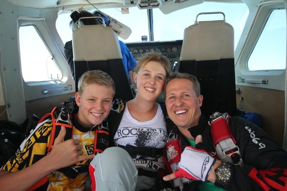 Michael Schumacher (52, r.) mit seinen Kindern Mick (l.) und Gina-Maria auf einer Privataufnahme. (Archivbild)