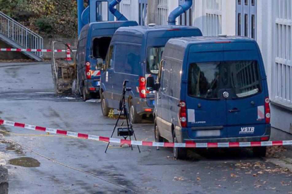 Brandanschlag auf Baufirma in Rodewisch: Der Transporter brannte völlig aus.