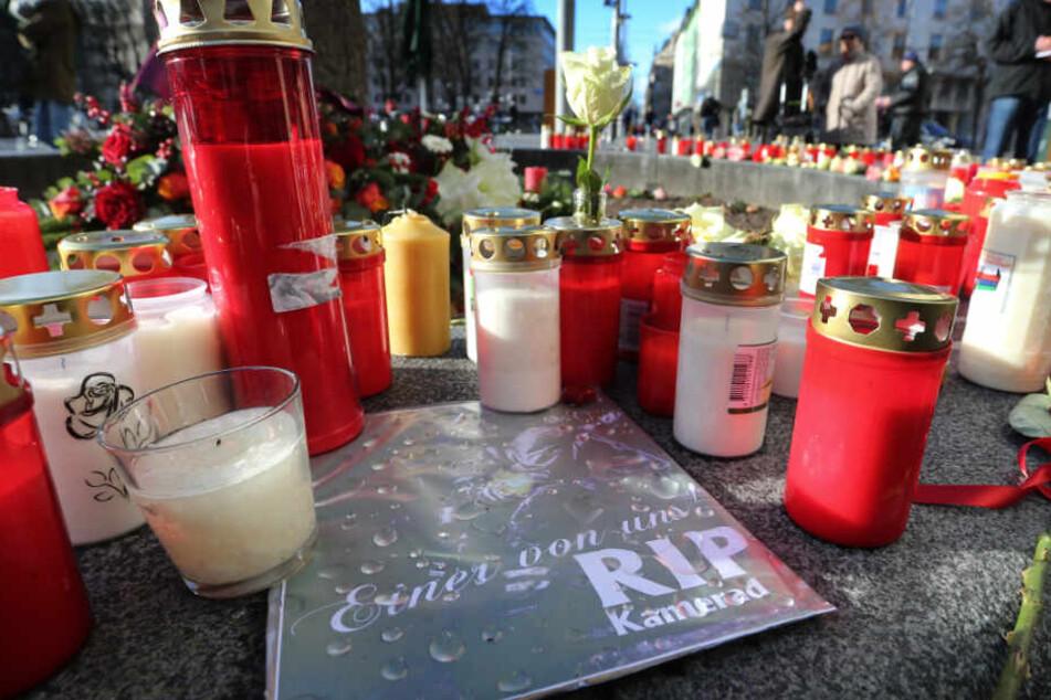 Am Ort des schrecklichen Zwischenfalls gedenken viele Menschen dem Opfer.