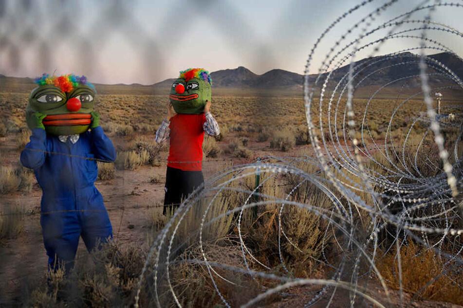 Martin Custodio und Rafael Castillo tragen Pepe-Masken, während sie sich dem Stacheldraht beim Storm Area 51 Basecamp Event nähern.