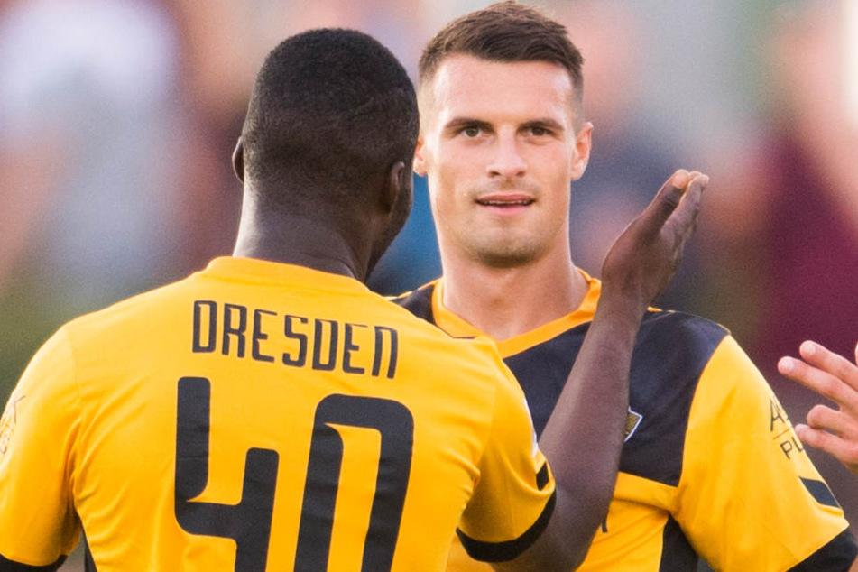 Dynamos Philip Heise (re.) nach seinem Tor am Mittwoch zum 1:1 mit Erich Berko (M.).