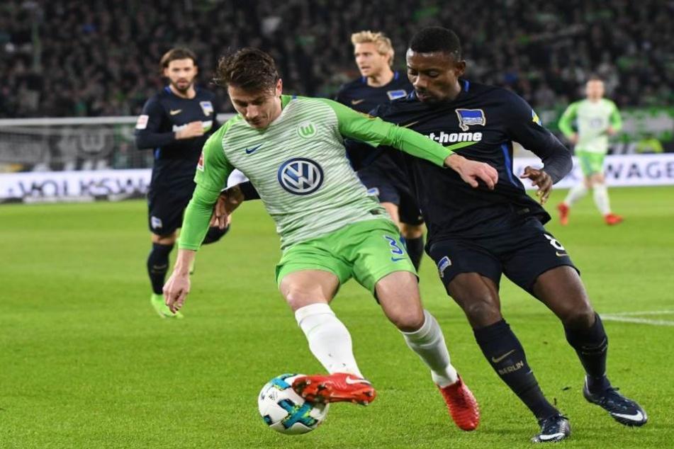 Wolfsburgs Paul Verhaegh (l) und Herthas Salomon Kalou kämpfen um den Ball.