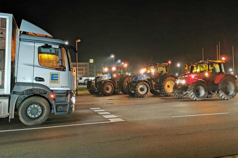 Vor dem Edeka-Großlager bei Oldenburg demonstrieren Bauern mit ihren Traktoren.
