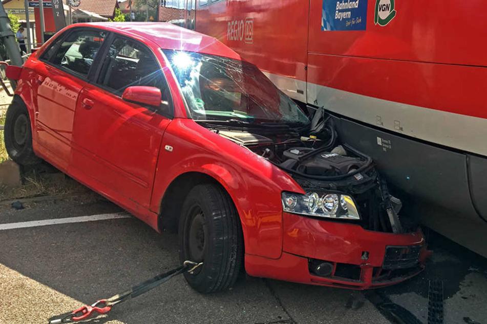 Auto von Zug erfasst: 63-Jähriger schwer verletzt
