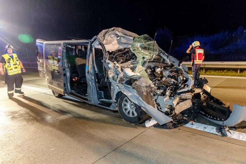 Der Renault wurde völlig demoliert, sieben Menschen verletzt.