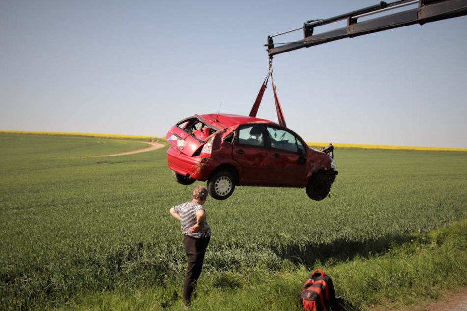 Mit einem Kran musste das Auto aus dem Feld geholt werden.