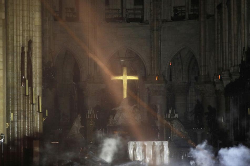 Das Innere der Kirche während des Brandes.