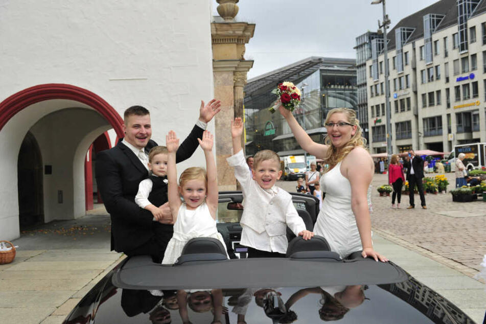 """Tage wie der 18.8.2018 sind beliebt bei Ehepaaren. Auch Susann (31) und Martin Böhm (30) mit ihren Kindern Luke (1), Julia (4) und Ben (4) heirateten an diesem """"Runden""""."""