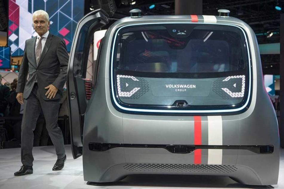 VW-Boss Matthias Müller kam zur IAA im voll autonom fahrenden Sedric.