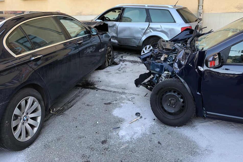 Bei dem Unfall wurden zwei Personen schwer verletzt.