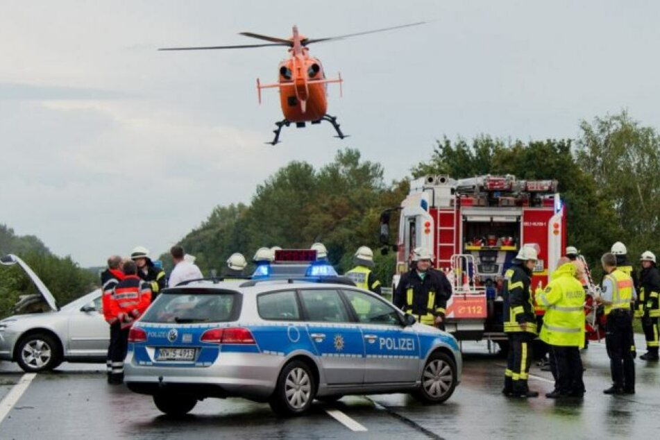 Laster erfasst zwei Männer nach Crash, als sie Erste Hilfe leisten wollten