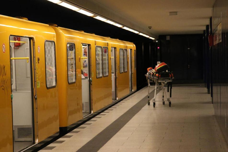 Berlin: Mann bricht in U-Bahn zusammen, kurz darauf ist er tot