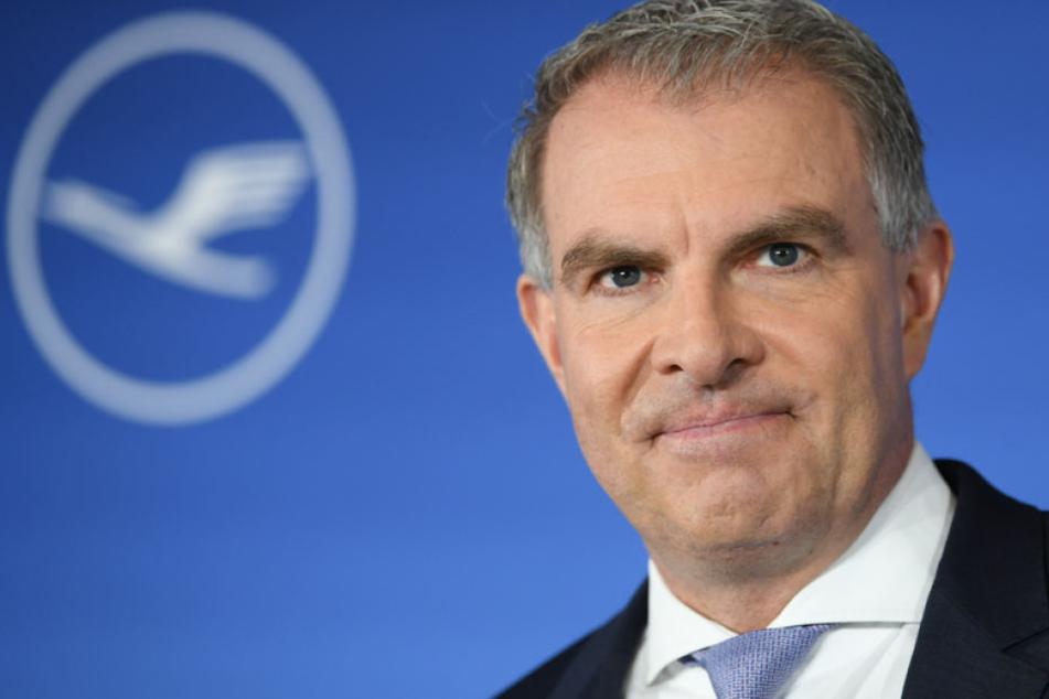 Lufthansa-Chef Carsten Spohr droht Flughafenbetreiber Fraport mit weiteren Kapazitätsverlagerungen.