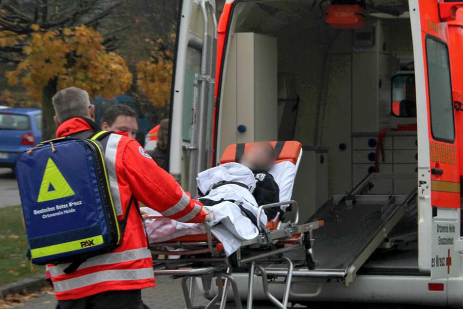 Nachdem er im Hauptbahnhof Krampfanfälle erlitt, sollte ein Mann (30) in ein Krankenhaus gebracht werden. Im Rettungswagen randalierte er jedoch und griff Sanitäter an. (Symbolbild)