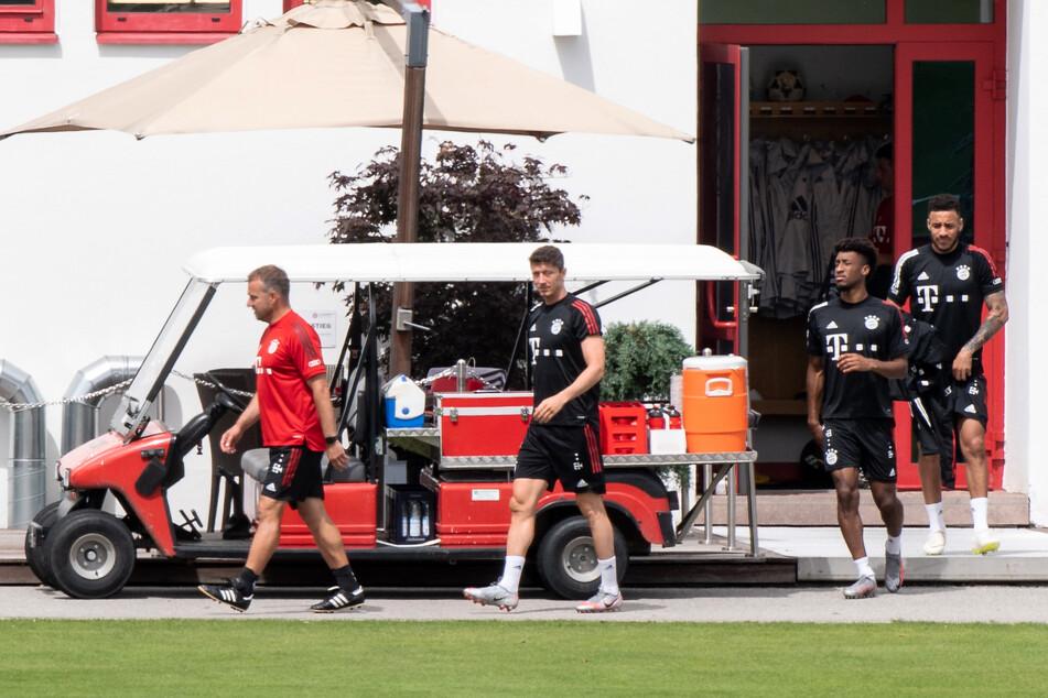 Trainer Hansi Flick (l-r), Robert Lewandowski, Kingsley Coman und Corentin Tolisso vom FC Bayern München gehen auf dem Trainingsgelände des FC Bayern an der Säbener Straße zu einem verdeckten Trainingsplatz.