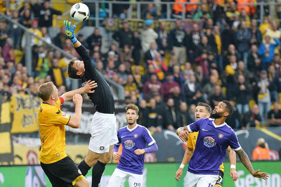 """Szene vom Auer 3:0-Erfolg in Dresden im Hinspiel: Martin Männel (2.v.l.) krallt  sich den Ball vor Marco Hartmann. Der FCE-Keeper ist die wichtigste Stütze des """"Veilchen""""-Teams überhaupt."""
