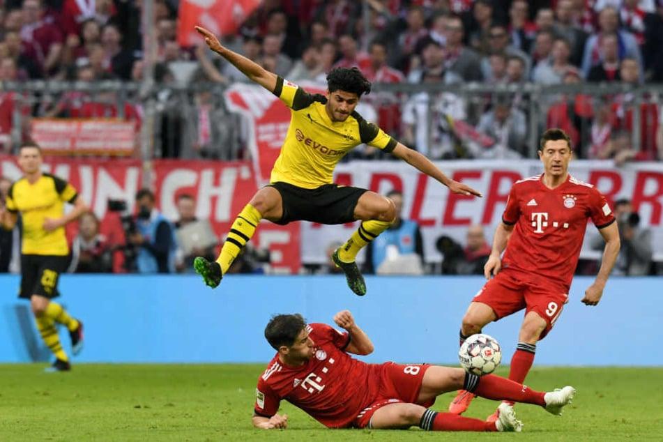 Javi Martinez (u) und Mahmoud Dahoud kämpfen um den Ball: Die Meisterschaft entscheidet sich am letzten Spieltag der Bundesliga.