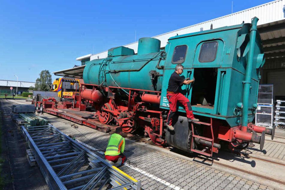 Die 32 Tonnen schwere Dampfspeicherlock geht auf ihre letzte Reise: Per Schwerlasttransport über die A4 von Glauchau nach Hartmannsdorf zum Eisenbahnverein Hartmannsdorf e.V.
