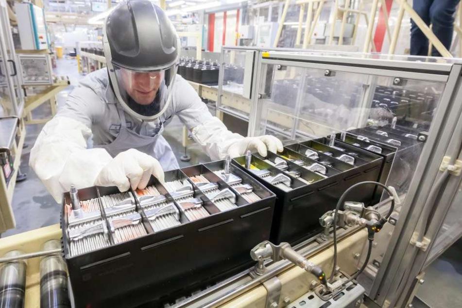 Nummer eins aus Zwickau: Johnson Controls, hier Mitarbeiter Sascha Wlcek in Schutzausrüstung, ist Weltmarktführer bei AGM-Batterien.