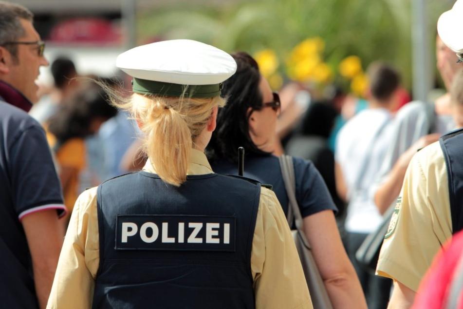 Damit hat die Polizei wohl nicht gerechnet! Plötzlich biss ihr ein Verdächtiger in den Finger...