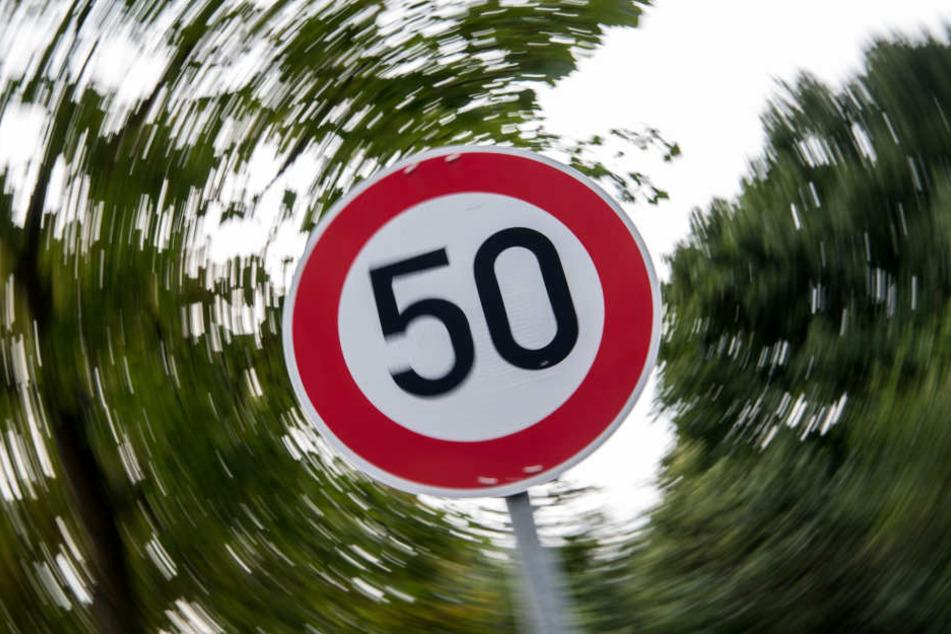 Tempo 50 war erlaubt, doch daran hielt sich der Verkehrs-Rowdy nicht. (Symbolbild)