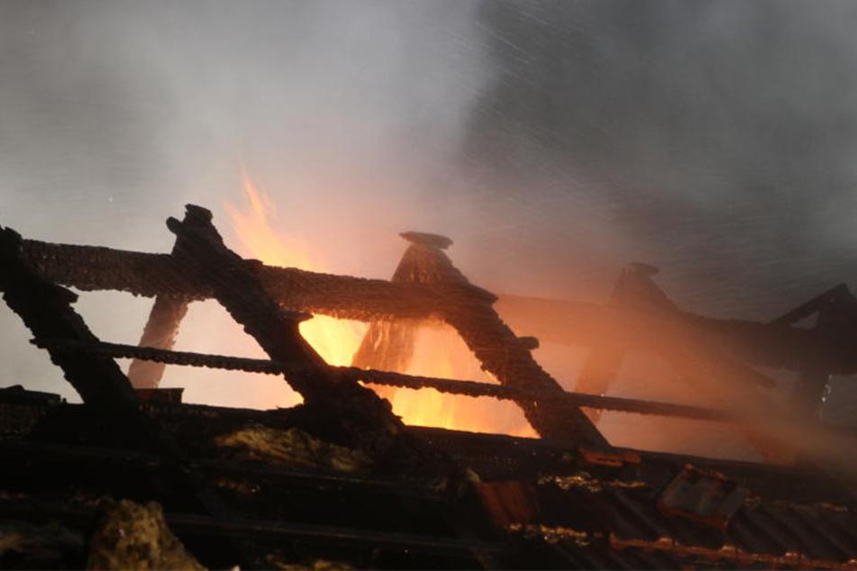 Das Dachgeschoss brannte aus. Es entstand ein Schaden in Höhe von 200.000 Euro.
