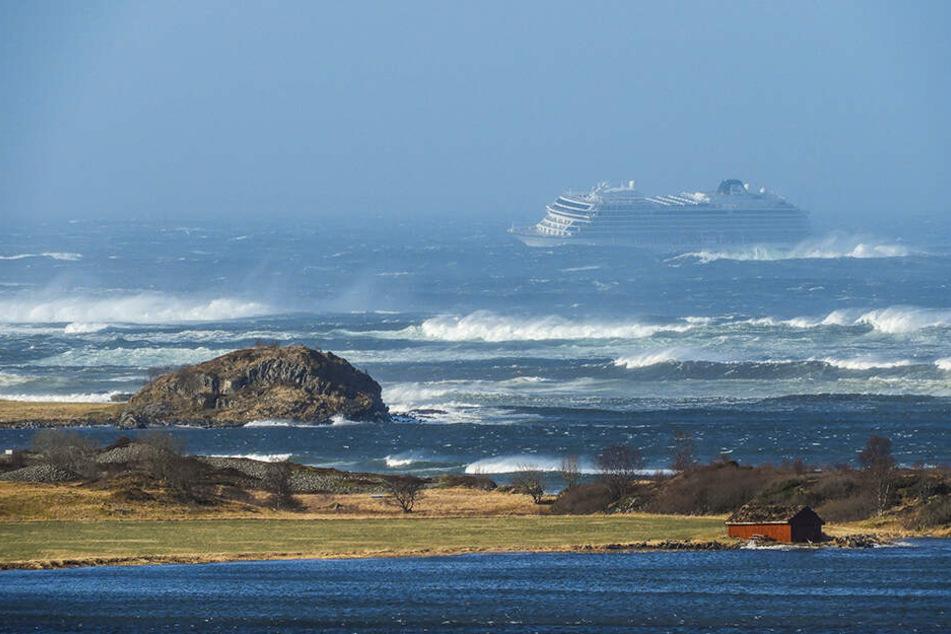 Die Traumreise wird zum Horrortrip: Bei einem Sturms gerät ein Kreuzfahrtschiff mit 1373 Menschen an Bord vor der norwegischen Küste in Seenot.