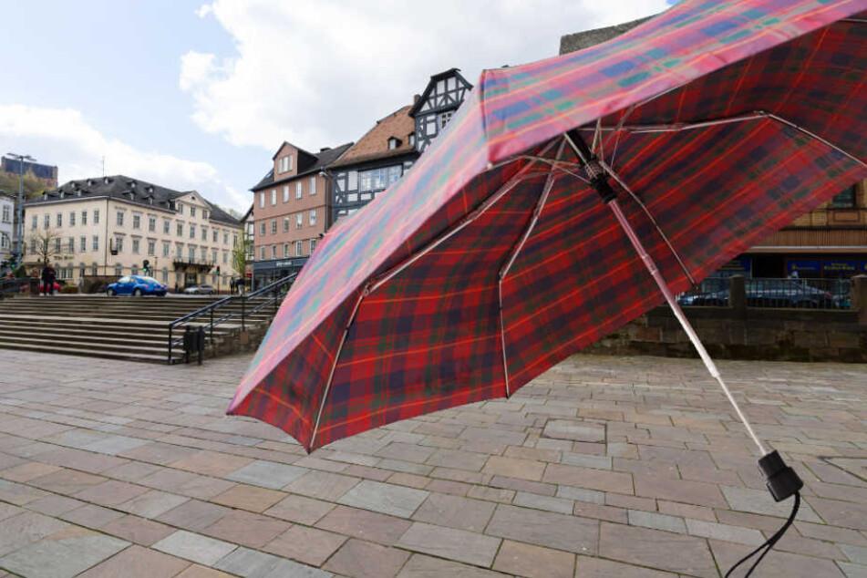 Schrecklich! Mann attackiert Schüler mit Regenschirm