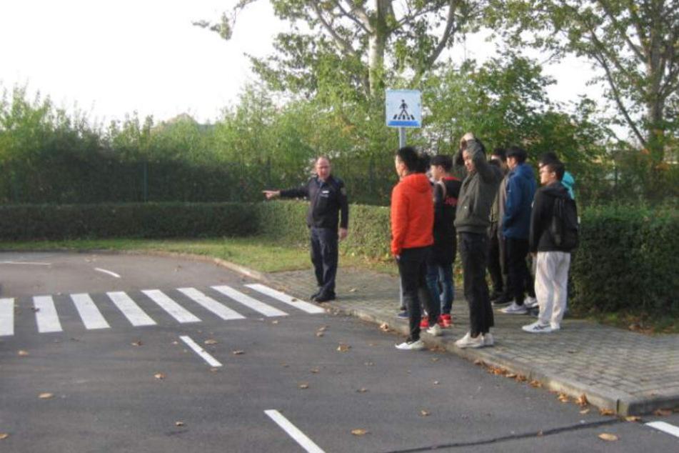Der Beamte der Polizei Kamenz zeigt seinen Fahrschülern alles, was im Straßenverkehr von Bedeutung ist.