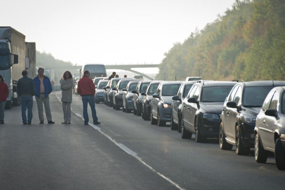 Fahrzeuge stauen sich an einer Unfallstelle auf der Autobahn 73. (Symbolbild)