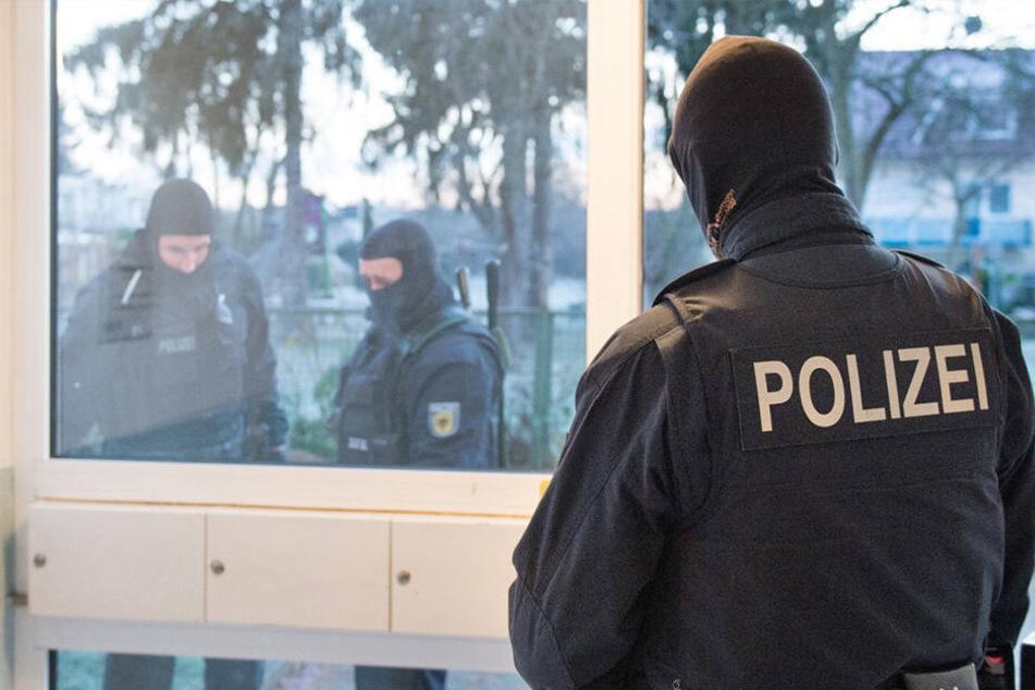 Razzia in Dresden: Spezialeinheit stellt Waffen bei Rechtsextremist sicher!