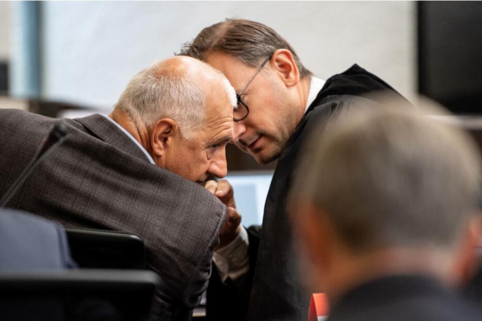 Willi Balz (links im Bild) redet mit seinem Anwalt Philipp Kaufmann.