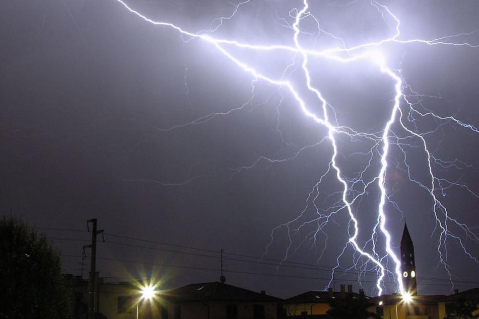 So viele Blitze wie schon lange nicht mehr, schlugen in Hessen ein (Symbolbild).