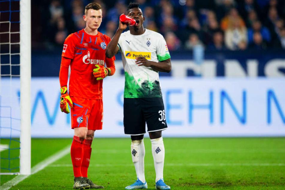 Markus Schubert (l.) teilte seine Wasserflasche mit Gladbachs Breel Embolo, die drei Punkte behielt er mit Schalke aber für sich.