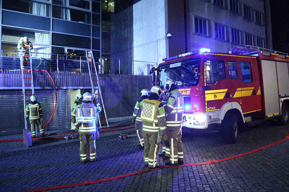 Mindestens elf Löschwagen der Dredner Feuerwehr rückten zum Landtag aus.