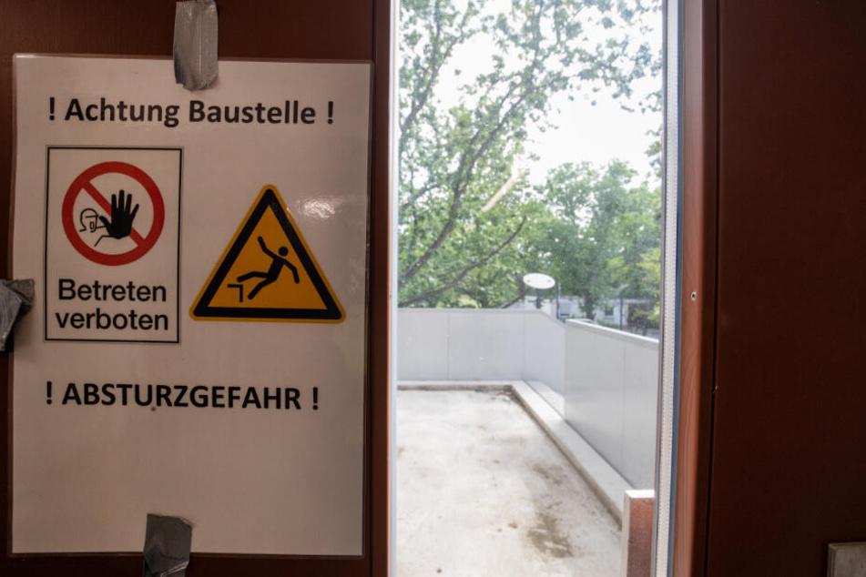 """""""Achtung Baustelle! Betreten verboten! Absturzgefahr!"""" steht auf einem Hinweisschild an einer Ausgangstür zu einer Außentreppe am FAU-Campus an der Regensburger Straße."""