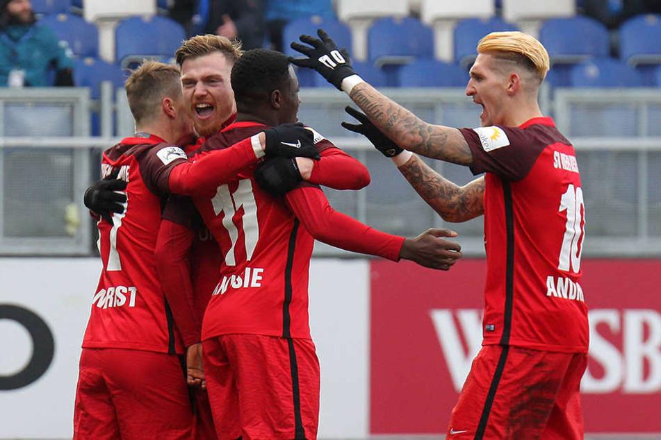 Die SCP-Spieler mussten zuschauen, wie die Spieler des SV Wehen Wiesbaden den Treffer zum 2:0 feierten.